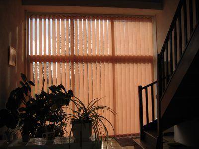 Stores à lames verticales qui habillent les baies vitrées